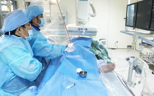 Các bác sĩ thực hiện can thiệp mạch vành với máy DSA. Ảnh: P.T