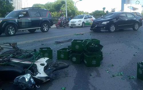 Ít nhất 4 xe máy bị hư hỏng sau vụ tai nạn. Ảnh: Sơn Nguyễn.