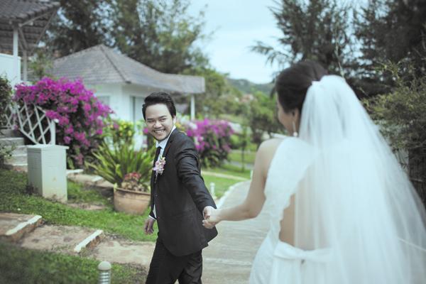 Trước khi tổ chức hôn lễ, Trang Nhung và ông xã Hoàng Duy thực hiện album cưới theo phong cách hiện đại, lãng mạn.