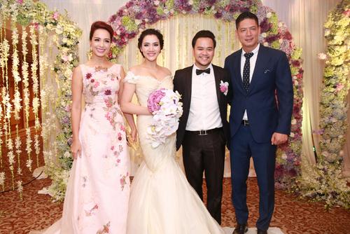 Tối 18/1, tiệc cưới của vợ chồng Trang Nhung - Hoàng Duy diễn ra tại TP HCM.Thúy Hạnh (trái)đi dự tiệc một mình. Cô và Bình Minh (phải) đến rất sớm để giúp Trang Nhung làm MC.