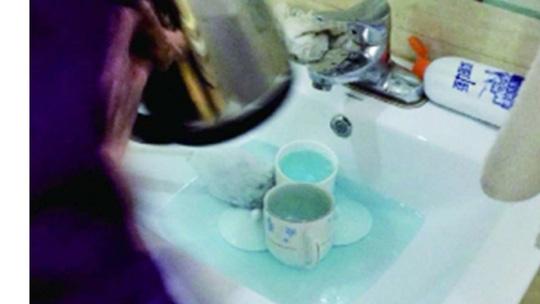 Ông Guan sốc nặng khi phát hiện nhân viên dọn dẹp dùng nước rửa và cọ bồn cầu để rửa tách trà. Ảnh: Chinanews.com