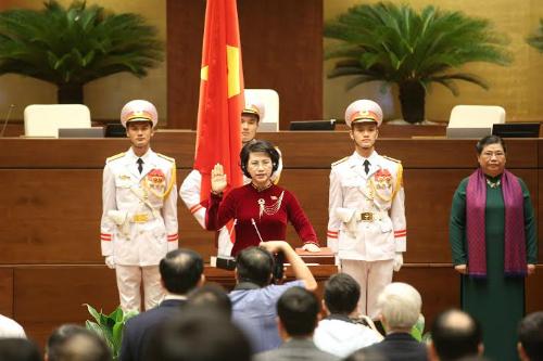 Bà Nguyễn Thị Kim Ngân tuyên thệ nhậm chức khi Phó chủ tịch Quốc hội Tòng Thị Phóng đứng cạnh. Ảnh: Thắng Huy.