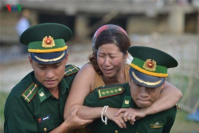 Nạn nhân thứ 3 là anh Phạm Tấn Cường (46 tuổi, quê Bình Định) cũng đã được tìm thấy cách hiện trường 8km. Người vợ đã ngất xỉu khi biết tin xấu của chồng và cần sự trợ giúp của bộ đội biên phòng. Được biết, vợ chồng ông Cường cùng hai con đến Đà Nẵng du lịch từ 3 ngày nay. Tối 4/6, cả nhà mua vé lên tàu Thảo Vân 2. Thế nhưng, con tàu định mệnh đã bất ngờ lật úp. Vợ và hai con ông Cường may mắn được lực lượng cứu hộ cứu còn ông Cường thì mất tích.