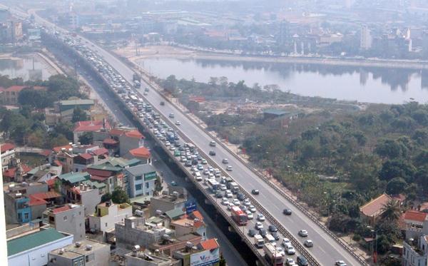 Tuyến đường trên cao hướng đi từ cao tốc Pháp Vân vào nội thành bị ùn tắc nghiêm trọng