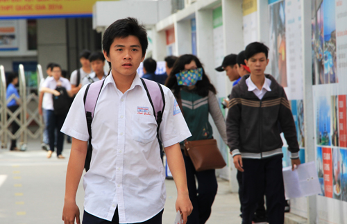 Nhiều thí sinh rời điểm thi Đại học Công Nghệ TP HCM sớm. Ảnh: Mạnh Tùng