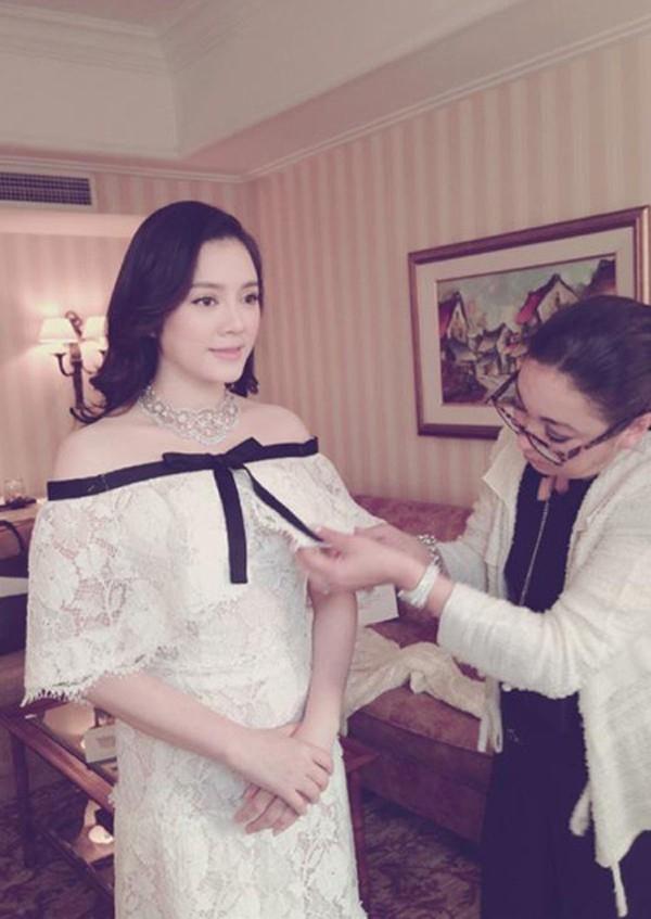 Lý Nhã Kỳ đầu tư 2 tỷ cho váy Channel trong lần đầu tiên cô xuất hiện tại Cannes