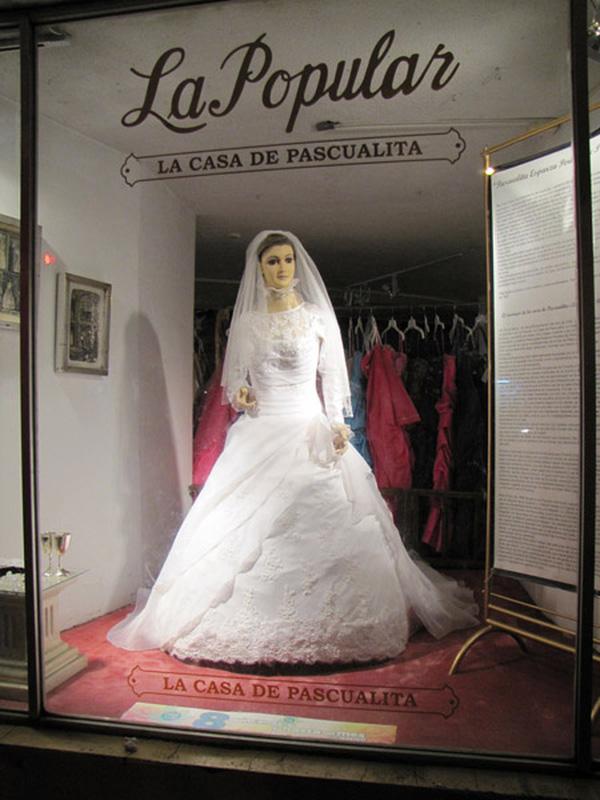 Bên ngoài cửa hiệu váy cưới trưng bày ma-nơ-canh La Pascualita.