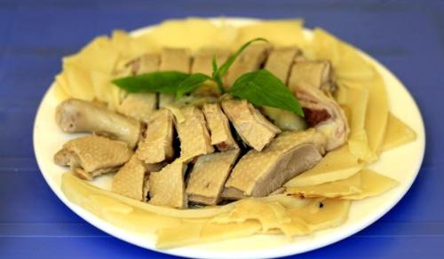 Để thịt ngan, vịt không có mùi hôi dũng hỗn hợp rượu, gừng xát vào da. Ảnh:giahaiphong.