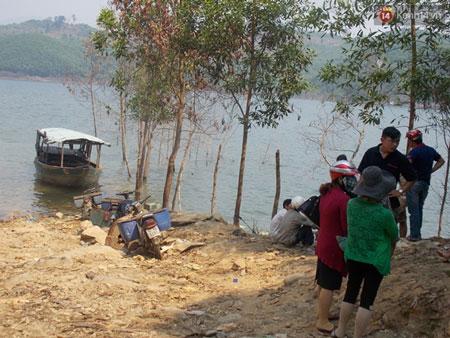 Nhiều người dân địa phương hiếu kì tập trung quanh khu vực thủy điện Sông Tranh 2 để theo dõi vụ việc.