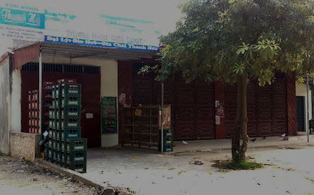 """Bị """"con hụi"""" kéo đến đòi tiền, gia đình Nguyễn Văn T. đóng cửa rời khỏi địa phương."""