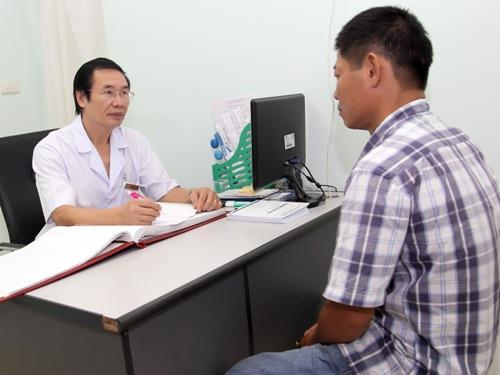Bác sĩ Nguyễn Khắc Lợi tư vấn cho một người đàn ông hiếm muộn. Ảnh: MT.