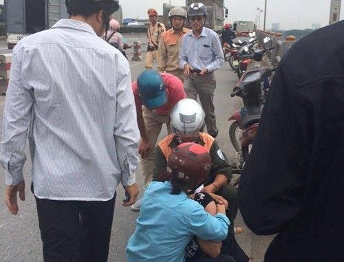 Cô gái trẻ khóc ngất trên cầu Thanh Trì sau khi chứng kiến chồng nhảy xuống sông Hồng.