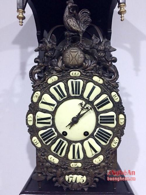 Chiếc đồng hồ có từ năm 1745, hình chú gà trống Gaulois, mặt men hạt, quả lắc mặt trời.