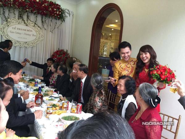 Sau buổi tiệc này, cô dâu, chú rể và gia đình nghỉ ngơi để chuẩn bị cho phần tiệc diễn ra tại một khách sạn vào chiều nay.