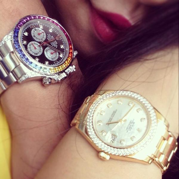 Giá chiếc Rolex Cosmograph Daytona Rainbow Diamonds and Sapphire Crystal Watch (trái) của Bảo Hưng vào khoảng 76.000 bảng Anh (khoảng 2,4 tỷ đồng)