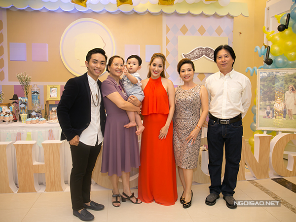Phan Hiển - Khánh Thi bên mẹ của Khánh Thi (giữa) và bố mẹ của Phan Hiển.
