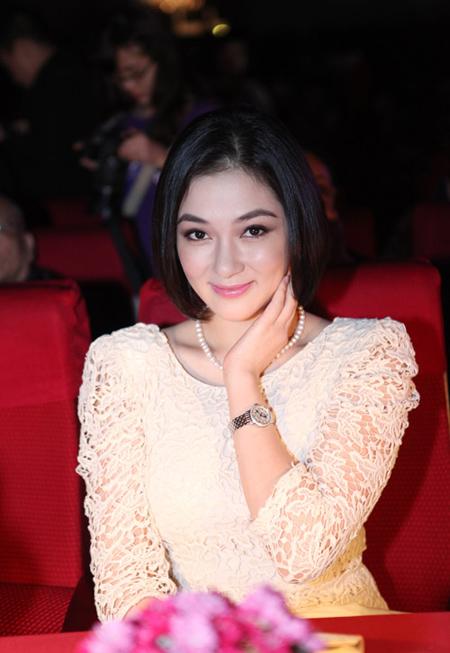Hoa hậu ấn tượng với mái tóc ngắn khi làm giám khảo cuộc thi nhan sắc tại Hà Nội