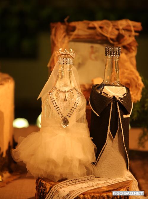 Cặp chai được mặc trang phục như cô dâu, chú rể khiến nhiều khách mời trầm trồ.