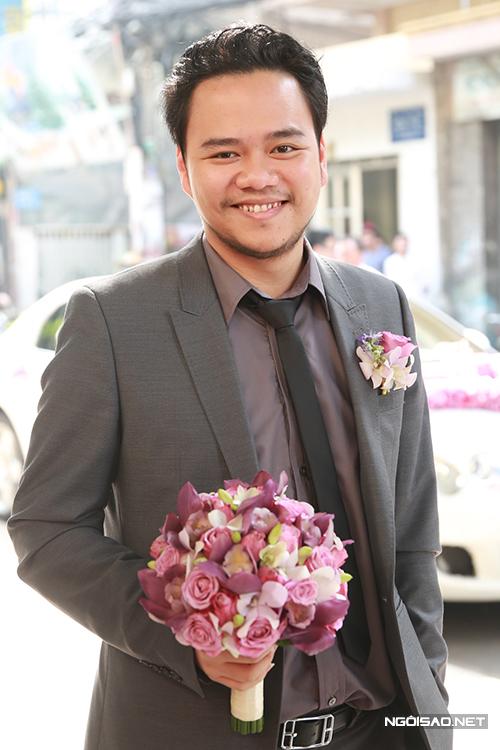 Chú rể Hoàng Duy chuẩn bị sẵn bó hoa cưới lãng mạn dành tặng cho cô dâu Trang Nhung.