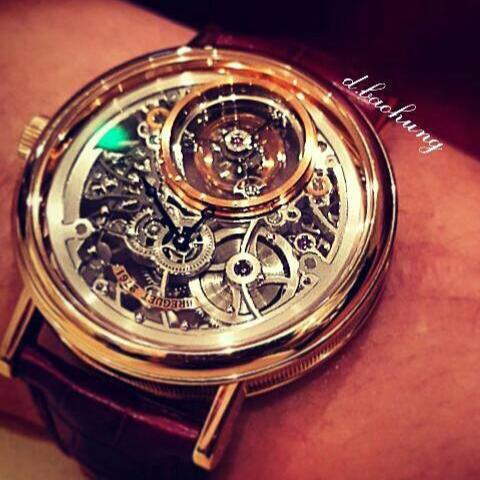 Bảo Hưng từng đeo một chiếc Breguet Tourbillon Messidor 5335. Giá bán lẻ của mẫu đồng hồ này khoảng 154.000 USD (3,4 tỷ đồng).