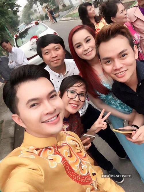 Chú rể chụp ảnh kỷ niệm cùng vợ chồng ca sĩ Sơn Ca từ TP HCM ra dự. Sơn Ca (váy xanh) cũng chính là bà mai cho Nam Cường.