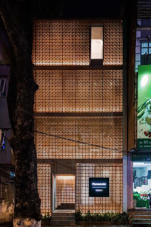 Vào buổi tối, ánh sáng tỏa ra từ phía bên trong khiến tòa nhà trông giống như chiếc đèn lồng giữa khu phố nhộn nhịp.