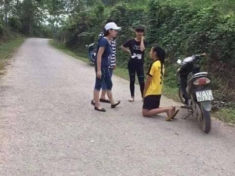 Hình ảnh nữ sinh bị bạn đánh và bắt quỳ xin lỗi được tung lên mạng.