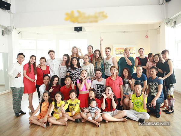 Gia đình Khánh Thi - Phan Hiển vui vẻ bên các nghệ sĩ và học trò trong ngày đầu năm mới.