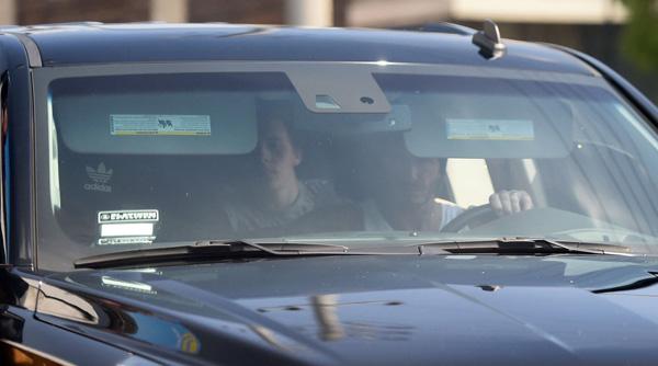 Sau khi kết thúc buổi tập thể dục ở SoulCycle, vợ chồng Becks lái xe đi đón các con.