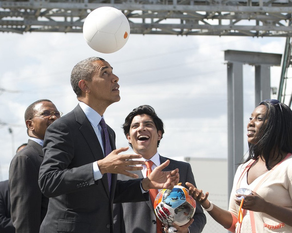 Tổng thống Obama chơi bóng trong chuyến công du Tanzania hồi tháng 7/2013.