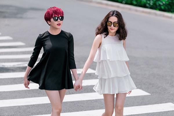 Hai chị em Bảo Trang và Bảo Trâm thể hiện hai phong cách khác biệt nhưng vẫn rất đồng điệu cùng nhau. Nếu như Bảo Trang nữ tính với mái tóc dài và váy xếp tầng điệu đà thì Bảo Trâm cá tính và thời thượng hơn với váy ngắn màu đen và mái tóc nhuộm đỏ nổi bật.