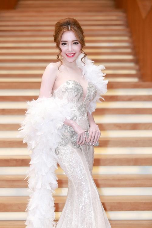 Elly tự tin xuất hiện trong nhiều sự kiện trong trang phục ôm sát, khoe khéo các vòng đẹp.