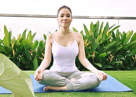 Thu Minh chăm chỉ tập luyện yoga để lấy lại vóc dáng sau khi sinh.