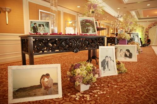 Sảnh chờ trưng bày nhiều hình ảnh tình tứ của đôi vợ chồng. Lễ vu quy của Trang Nhung diễn ra sáng cùng ngày tại nhà cô dâu. Trang Nhung sinh con cho Hoàng Duy cách đây 9 tháng, hai người cũng dọn về sống chung từ lâu trước khi tổ chức cưới.