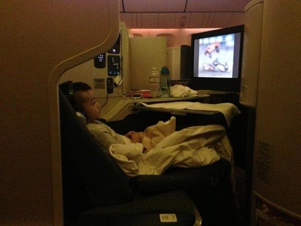 Con trai Cường Đôla được bố đăng ký ngồi ghế hạng sang trên máy bay từ Mỹ trở về Việt Nam.