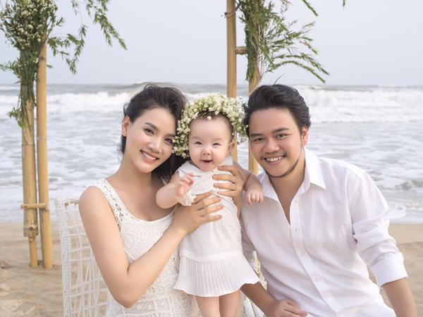 Bé Vani tỏ ra hào hứng khi chụp ảnh cùng bố mẹ.