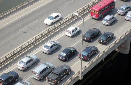 Tuyến đường nhánh lên xuống đường trên cao không đáp ứng được nhu cầu của dòng phương tiện, cũng là một trong những nguyên nhân gây ùn tắc