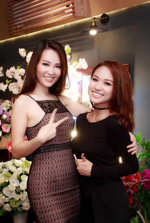 Á hậu và diễn viên Hoa nở trái mùa là hai gương mặt MC đắt show ở Hà Nội.