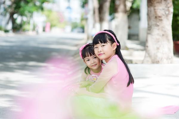 Hai bé luôn được bố mẹ yêu thương và tạo điều kiện tốt nhất để trưởng thành.