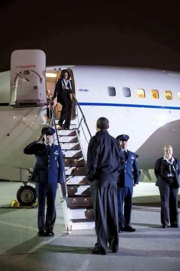 Dù rất bận rộn thế nhưng ngài Tổng thống đáng kính vẫn dành thời gian vàng ngọc để ra tận sân bay đón vợ.