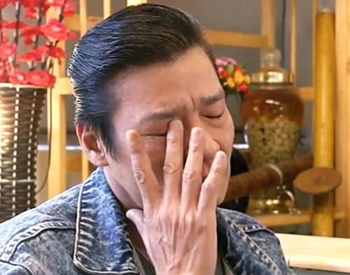 Nam nghệ sĩ bật khóc trong khi kể chuyện.
