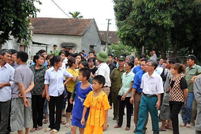 Rất đông bà con lối xóm tập trung để chờ đón thi thể em Hải về quê nhà. Ảnh: Huệ Cảnh