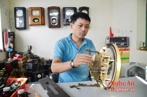 Anh Tạ Quang Sơn, chủ nhân bộ sưu tập đồng hồ cổ cho biết: Mỗi chiếc đồng hồ được anh săn lùng nhiều năm trời, có chiếc giá trị lên tới hàng trăm triệu đồng.