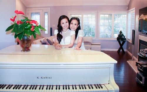 Nữ diễn viên đặt cây đàn piano màu trắng trong một góc nhà. Mỗi khi rảnh Việt Hương thường tự chơi đàn.