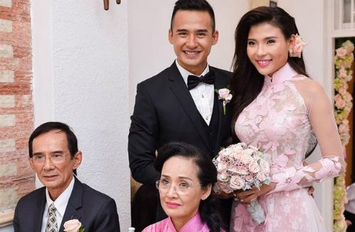 Lương Thế Thành (đứng, bên trái) năm 34 tuổi trong lễ đính hôn với diễn viên Thúy Diễm. Cả hai chụp hình cùng bố mẹ đẻ của nam diễn viên. Nam diễn viên được nhận xét là có nhiều nét giống bố.