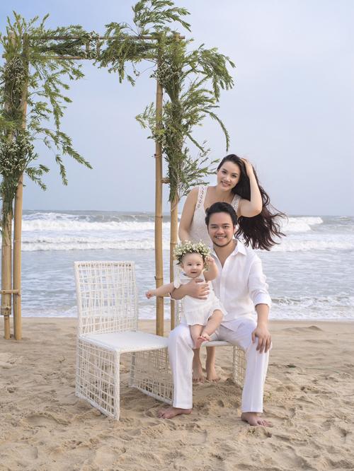 Sau hôn lễ tại TP HCM, ngày 23/1, Trang Nhung và đạo diễn Hoàng Duy còn làm tiệc cưới tại Hà Nội, đãi họ hàng, bạn bè nhà trai.