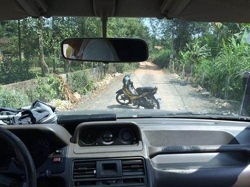 Xe của phóng viên bị một chiếc xe máy chắn giữa đường vào một xưởng dăm trái phép tại xã Yên Hợp huyện Quỳ Hợp, Nghệ An