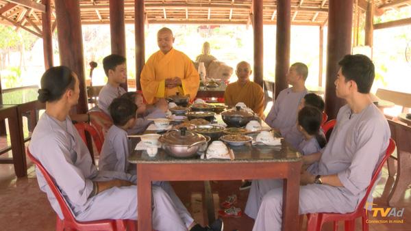 Hoan hỷ dùng bữa cơm chay đầu tiên tại chùa.