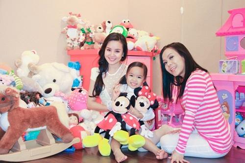 Phòng riêng của con gái Việt Hương ngập tràn màu hồng và các loại thú nhồi bông được nữ diễn viên mua cho con mỗi dịp đi diễn tại nhiều quốc gia trên thế giới.