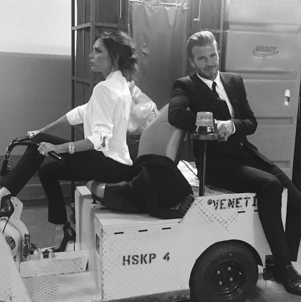 Trên Instagram, Brooklyn tiếp tục chia sẻ bức ảnh chụp chung của bố mẹ Cặp đôi cùng mặc set đồ đen trắng thanh lịch khi tham dự một sự kiện.